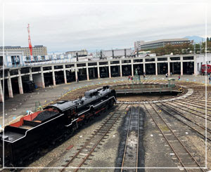 京都鉄道博物館、蒸気機関車がずらりと並ぶ、圧巻の転車台。