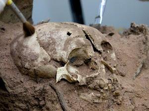 Detalhe do crânio de uma criança enterrada há cerca de 3.500 anos na Toca do Congo 3 (Foto: Pedro Santiago/G1)