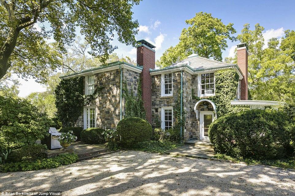 Authentic: Jackie Kennedy thuê căn nhà Creek (ở trên) là một trong sáu căn nhà trên diện tích 48 acre trên hòn đảo này.  Ngôi nhà phía trên đi kèm với bốn phòng ngủ rộng rãi bên trong