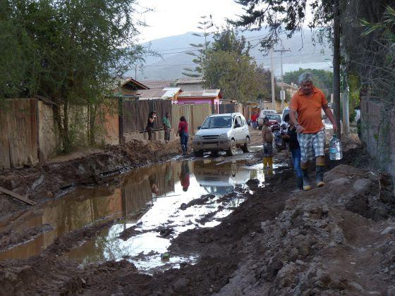 Más de dos semanas después de las inundaciones, algunos vecinos de Copiapó todavía no han logrado sacar el barro de las calles.