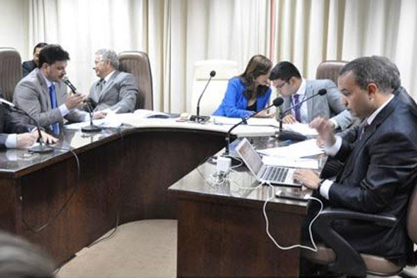 Deputados da Comissão de Constituição e Justiça debatem a admissibilidade dos projetos