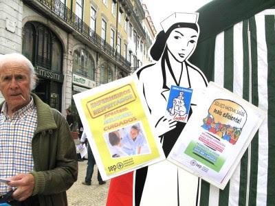 A precariedade e as más condições oferecidas estão a levar os enfermeiros de carne e osso a sair do país que os formou.