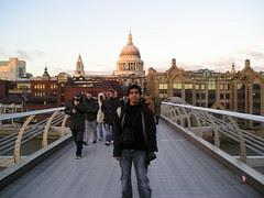 St Paul's Cathedral dari Millenium Bridge, London, UK