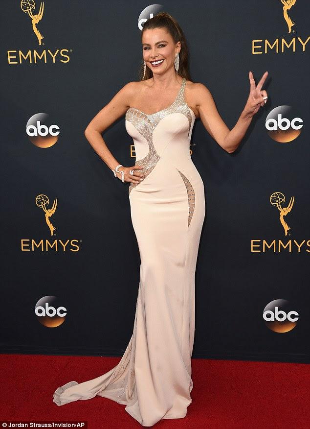 Paz!  Sofía Vergara foi o epítome do glamour do tapete vermelho em um único de mangas vestido Versace antes de domingo à noite Emmy Awards