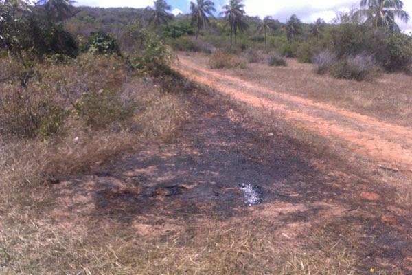 O corpo encontrado na madrugada desta quarta estava na estrada de barro, que liga Pajuçara, zona Norte, a Jenipabu