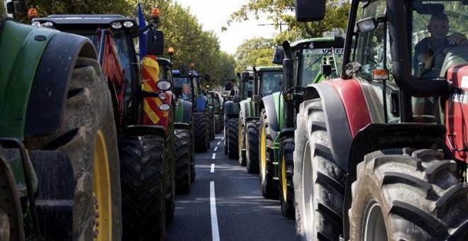 Un millar de tractores han participado en marchas convocadas en Lleida y Vic. EFE/ÓSCAR CABRERIZO