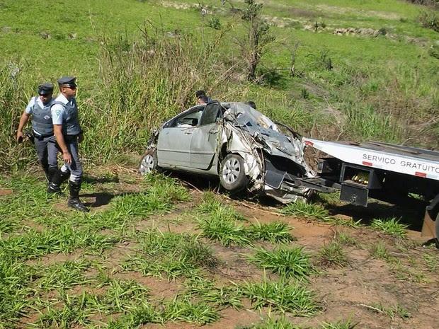 Corpo de Aline Furlan estava dentro do carro caído em ribanceira Piracicaba  (Foto: Wesley Justino/EPTV)