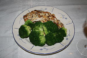 Brócoli con pollo y almendras