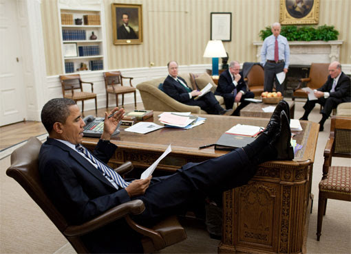 http://www.tonyrogers.com/humor/images/obamafeet/obama_feetonfurniture_5.jpg#obama%20feet%20on%20desk%20510x370