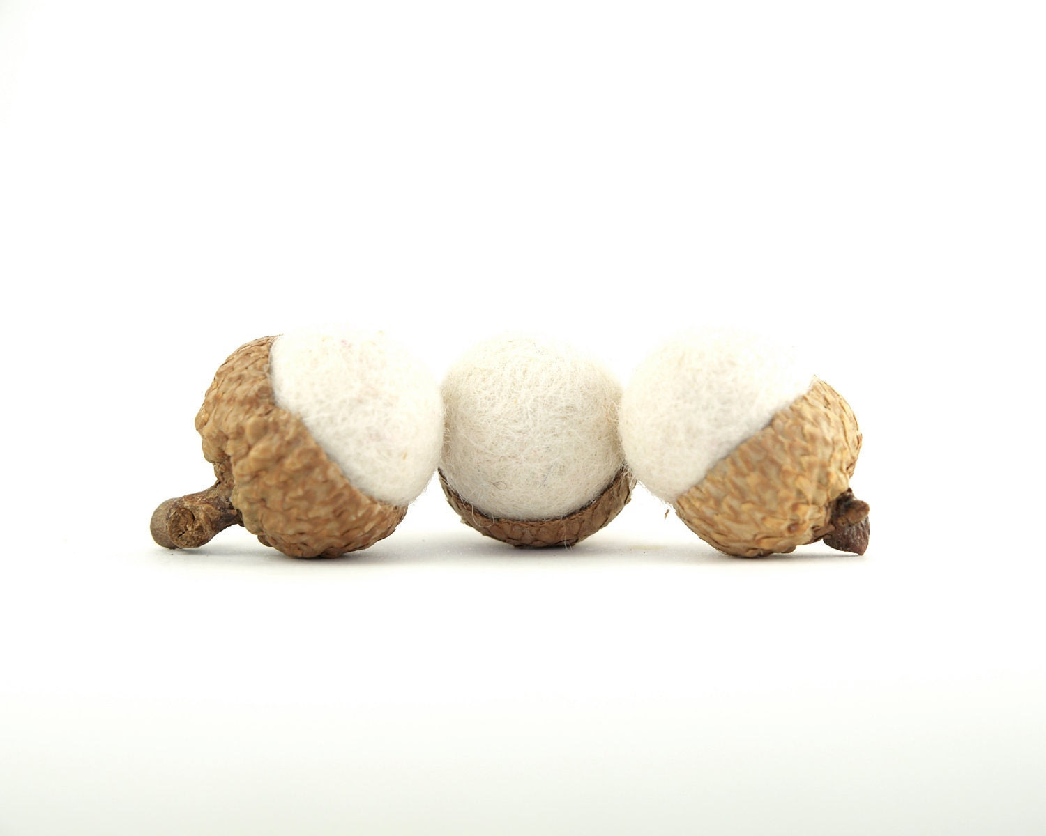 Snow White Neelde Felted Acorns, Wedding Favor Decorations, Baby Shower, Woodland Home Decor - 10