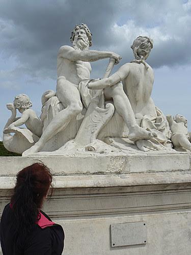 Anne et statue.jpg