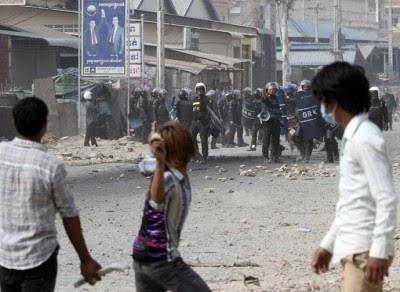 Polícia militar do Camboja dispara sobre trabalhadores durante protesto por melhores salários