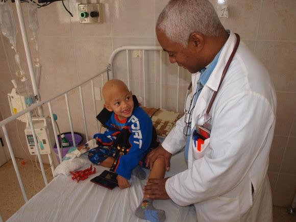 El doctor Renó atiende a un niño en el Instituto de Oncología en La Habana. Foto: Archivo.