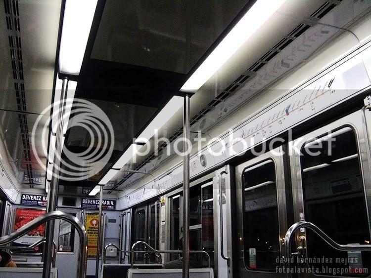 Interior de vagón del metro de París, Francia