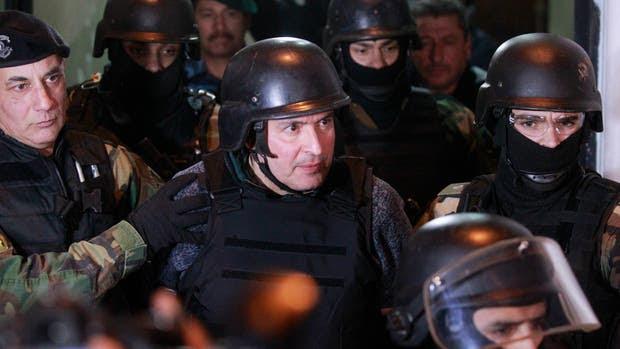 José López, anteayer, cuando fue trasladado a Moreno luego de ser detenido cuando intentaba ocultar casi 9 millones de dólares