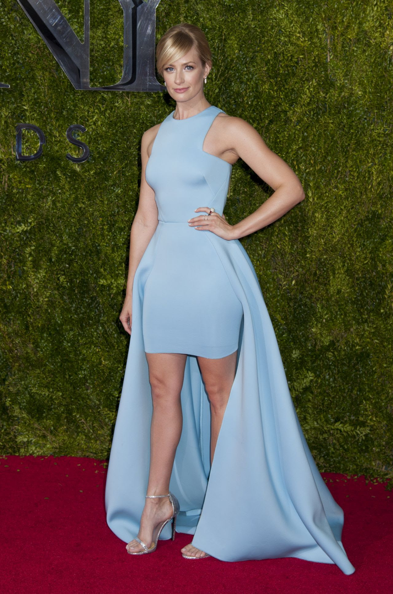 http://fashionsizzle.com/wp-content/uploads/2015/06/beth-behrs-on-red-carpet-2015-tony-awards-in-new-york-city_31.jpg