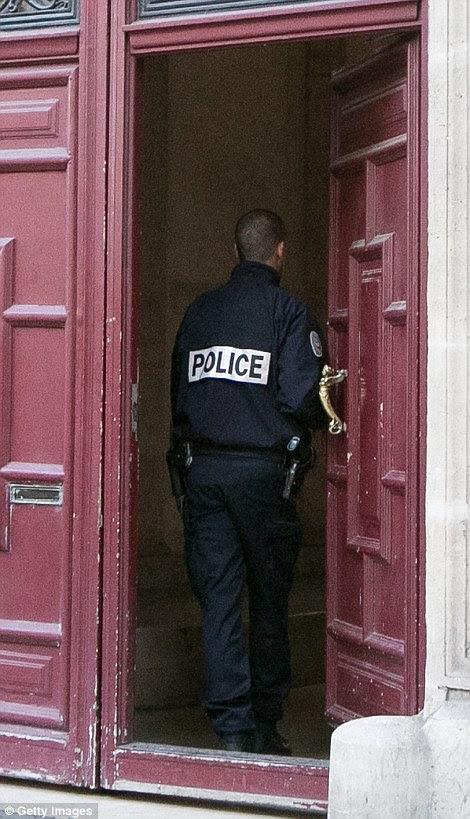 Um policial francês entra no bloco de apartamentos de luxo depois de Kim foi roubado à mão armada por homens mascarados durante a Paris Fashion Week
