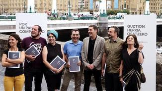 Otegi, Fernández i la resta del grup de treball, aquest dimecres a Sant Sebastià (EFE)