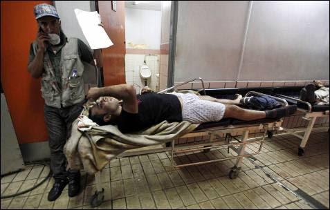 Un partidario del derrocado presidente egipcio Mohamed Mursi es tratado de sus heridas en un hospital en El Cairo.