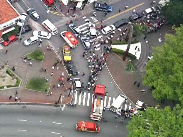 Via na região da queda de helicóptero em São Caetano foi interditad (Foto: Reprodução/TV Globo)
