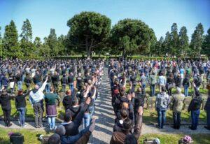 Saluto fascista dei militanti di destra al Cimitero Maggiore di Milano FOTO