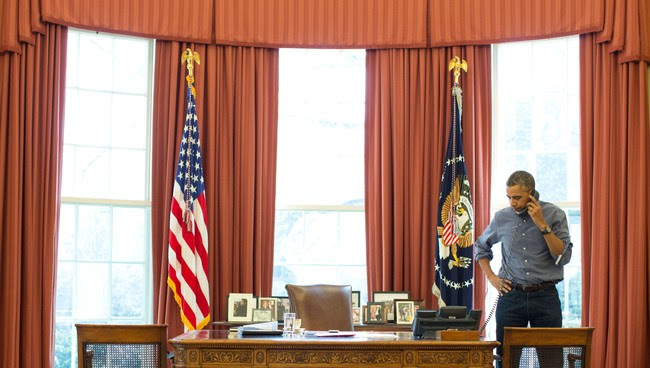 Barack Obama snakkar med Vladimir putin på telefon. - Foto: WHITE HOUSE / Reuters