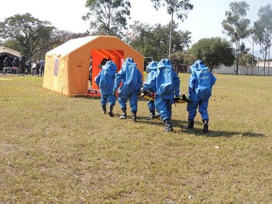 Bombeiros especializados em produtos perigosos fazem simulado em escola do Exército