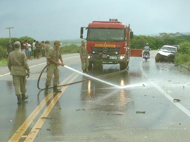 Leitor do G1 registrou acidente com carro de passeio e caminhão de carga do Exército em Forquilha (Foto: Arquivo Pessoal)