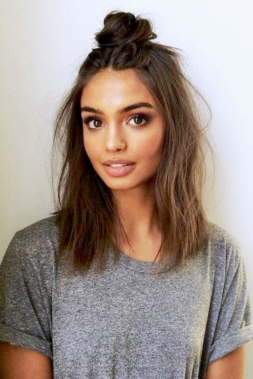 Le Fashion Blog Casual Weekend Hairstyle Messy Half Up Top Knot Mascara Lipliner Grey Tee Shirt Via @elizabethrsawatzky