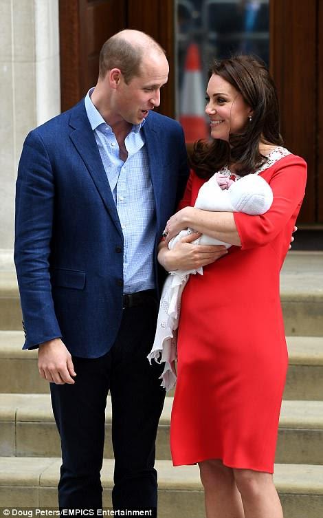 Kate compartió una mirada amorosa con su esposo William cuando salieron del ala Lindo.