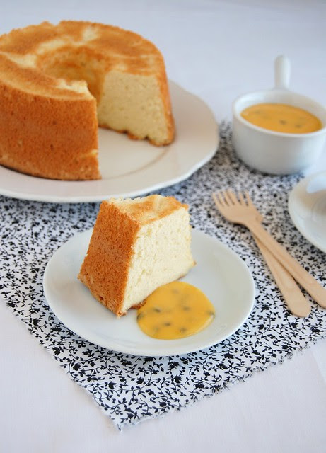Devilish angel food cake with passion fruit curd / Bolo de claras com curd de maracujá