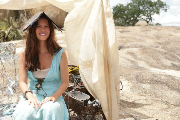 A atriz Nathalia Dill em cena no longa 'Por trás do céu'