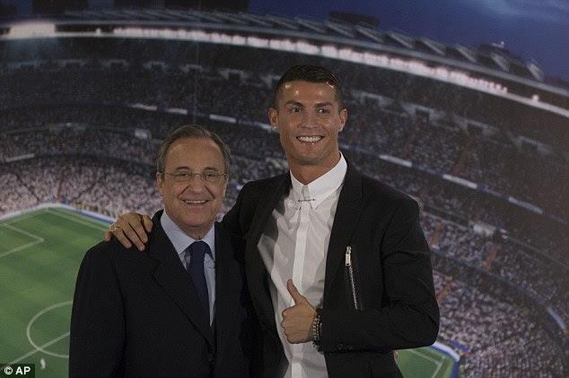 A los 31 años de edad, da un pulgar hacia arriba junto con el presidente del Real Florentino Pérez