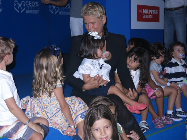 Xuxa recebeu o carinho das crianças enquanto vídeo da Fundação era exibido (Foto: João Paulo de Castro / G1)