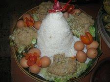 Nasi-dan-lauk-pauk-untuk-selamatan-masyarakat-Jawa