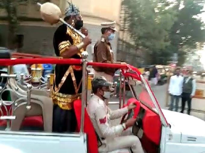 इंदौर में 572 नए मरीज मिलने के बाद पुलिस जीप में सवार होकर राजबाड़ा पहुंचे यमराज, बिना मास्क दिखे तो लगाई डांट