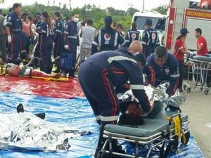 Equipes do Samu e Bombeiros socorrem os sobreviventes (Foto: Kedma Ferr/TV Sergipe)