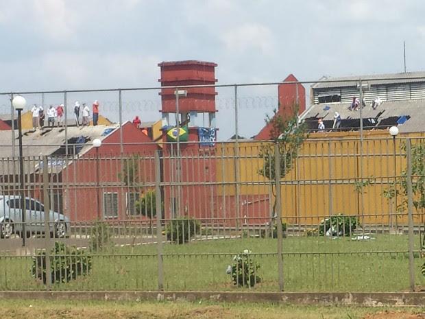 Presos mantêm os reféns no telhado da Penitenciária Industrial de Guarapuava (Foto: Alana Fonseca/ G1 PR)