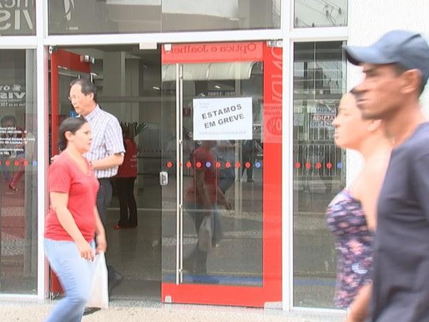 Agências bancárias estão em greve em Araçatuba (Foto: Reprodução / TV TEM)