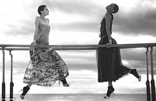 Imagem perfeita: O preto temperamental e produto final brancos contar uma história dramática em relação ao macia whimsical making-of de vídeo