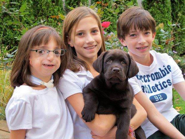 Clara Beatty com os irmãos Gretchen e Henry e o cachorro da família (Foto: AP Photo/Martha Irvine)