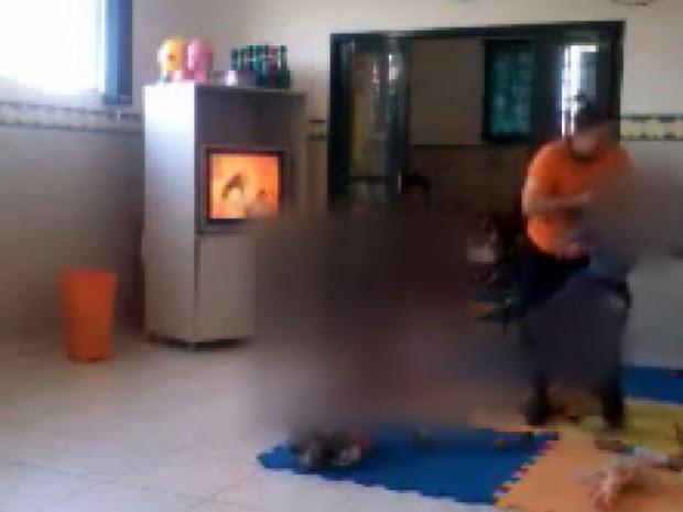 Funcionária de creche de Porto Ferreira é flagrada ao agredir criança (Foto: Reprodução/EPTV)