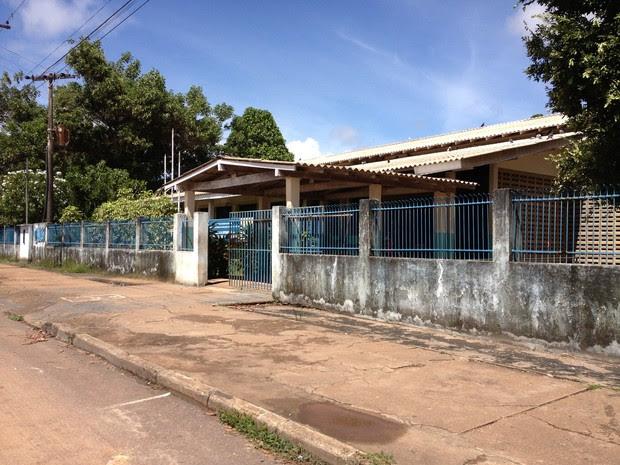 Escola estadual Major Alcides Rodrigues tem problemas estruturais e com a proliferação de pombos (Foto: Vanessa Lima)