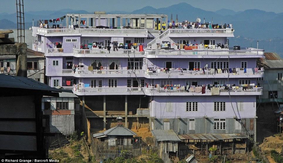 Você trata este lugar como um hotel: Com 100 quartos a mansão Ziona é a maior estrutura de concreto na aldeia montanhosa de Baktawng