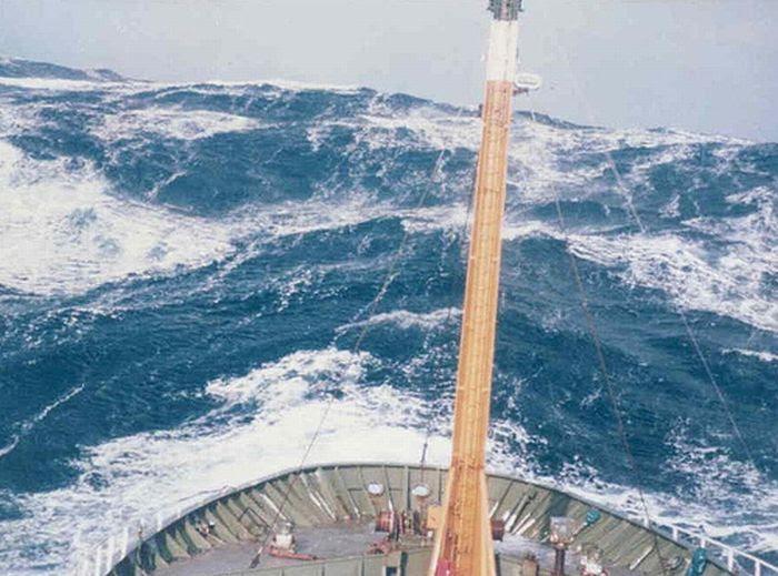 Корабли борятся со штормом (36 фото)