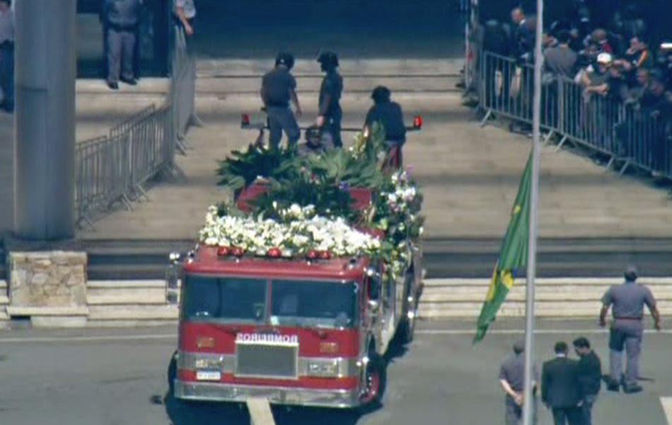 Caminhão do Corpo de Bombeiros leva o caixão para o cemitério onde será enterrada