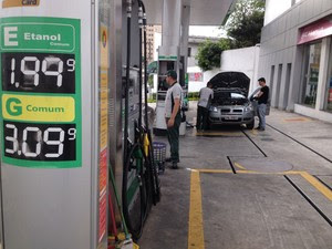 Postos em São Paulo já reajustavam os preços dos combustíveis. (Foto: Will Soares/G1)