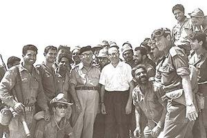 Il Primo Ministro Levi Eshkol e il Ministro Menachem Begin con i soldati nel Sinai, 14 giugno 1967