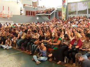 Professores da rede municipal de Salvador em assembleia (Foto: Imagens/ Tv Bahia)