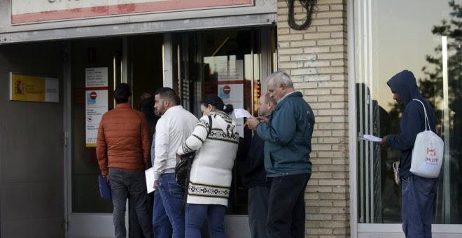 Cola de parados esperan para entrar en una oficina del Servicio Público de Empleo de la Comunidad de Madrid. REUTERS/Andrea Comas